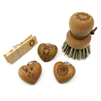 Diverse Geschenke aus Holz: Herz-Schlüsselanhänger, Klammer, Gemüsebürste.