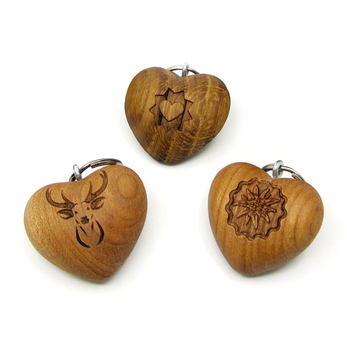 Herz-Schlüsselanhänger aus Holz mit verschiedenen Gravuren
