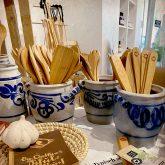 Schwabenküche: Steingutgefäße mit Küchenhelfern